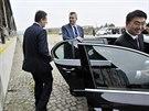 Delegaci do jihlavského závodu na výrobu letadel přivedl exministr obrany Jaroslav Tvrdík (vpravo) a náměstek hejtmana Vysočiny Libor Joukl (vlevo).