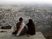 Íránský pár při výletu do hor nad Teheránem. Ilustrační foto.