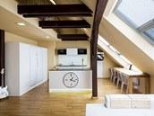 Zkosený strop si vy�ádal atypické �e�ení i st�l, který slou�í i pro práci s...