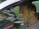 Bubeník kapely AC/DC Phil Rudd odjíždí od soudu ve městě Tauranga na Novém Zélandu. Soud ho obvinil z přípravy vraždy. (6. listopadu 2014)