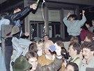 Východní a západní Berlíňané slaví u kontrolního stanoviště na východě poté, co padla Berlínská zeď (10. listopadu 1989).