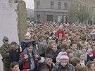 Východní Berlíňané prochází novým průchodem na Bernauerově ulici po pádu Berlínské zdi (11. listopadu 1989).