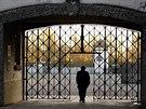 Hlavní vstupní brána v Dachau bez ukradené mříže s nápisem Arbeit macht frei (3. listopadu 2014)