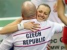 Petra Kvitová porazlla ve finále Fed Cupu německou dvojku Andreu Petkovicovou, blahopřeje jí trenér David Kotyza.
