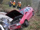 Vozidlo čtyřiačtyřicetiletého řidiče skončilo po nehodě v Libavském potoce.