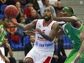 Nymburský basketbalista Darius Washington (v bílém) se chystá zakon�it p�es ...