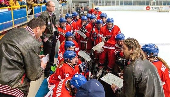 Nagansk� �ampion David Moravec (vpravo) dole d�l� mana�era �esk� hokejov� reprezentaci �en a ob�as tren�r�m pom�h� i na st��da�ce.
