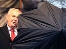 ZA DEŠTNÍKEM. Miloš Zeman během projevu k účastníkům vzpomínkové akce k 25. výročí událostí Sametové revoluce v Praze na Albertově. (17. listopadu 2014)