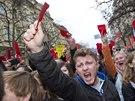 Demonstranti proti prezidentu Miloši Zemanovi na pražském Albertově.