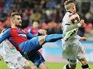 Plzeňský fotbalista Radim Řezník  vlevo)  odkopává míč před Tomášem Malinským    z Hradce Králové.