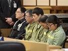 Kapitán trajektu  I Čun-sok (v zeleném obleku vedle policisty v brýlích) a další obžalovaní si u soudu vyslechli rozsudek (11. listopadu 2014).
