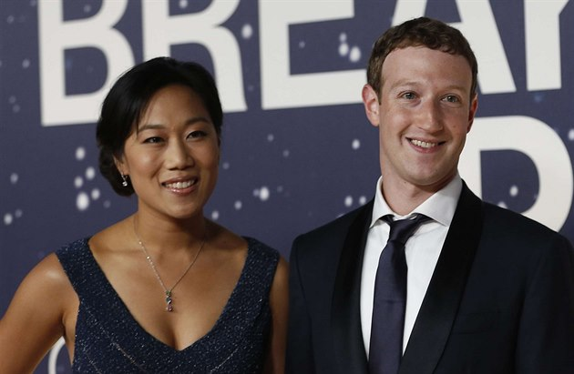 Mark Zuckerberg a jeho man�elka Priscilla Chanová (Mountain View, 9. listopadu...