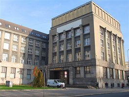 Radnice ��adu Moravsk� Ostravy a P��vozu s�dl� v b�val� budov� spo�itelny.