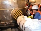 Osazení tlakové nádoby reaktoru v elektrárně Mochovce (Slovenské elektrárny).