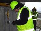 Specialisté měří průhyby jednoho z mostů na dálničním přivaděči v Ostravě-Přívozu. (28. listopadu 2014)