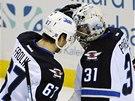 ČESKÁ RADOST. Michael Frolík a brankář Ondřej Pavelec slaví vítězství Winnipegu.