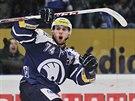 Plzeňský hokejista Vojtěch Mozík slaví svůj gól.