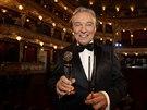 Karel Gott pózuje se získanými cenami - za zpěváka roku i Absolutního slavíka (29. listopadu 2014).