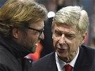 V DOMÁCÍCH LIGÁCH NÁM TO NEJDE, CO? Jürgen Klopp (vlevo), kouč Dortmundu, se baví se svým protějškem z Arsenalu Arsenem Wengerem.