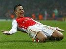 POSTUP JE BL�ZKO. Alexis S�nchez z Arsenalu zv�il proti Dortmundu na 2:0.