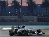 Lewis Hamilton si sviští pro titul v závěrečném závodu sezony v Abú Zabí.