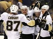 GÓLOVÁ RADOST. Pittsburgh slaví vítězný gól, o který se zasloužil Jevgenij Malkin (druhý zprava) i další hvězda Sidney Crosby.