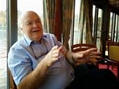 Prof. Lennox si s n�mi pov�dal v den sv�ch 69. narozenin.