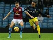 Tom Cleverley (vlevo) z Aston Villy si kontroluje míč před Nathanielem Clynem ze Southamptonu.