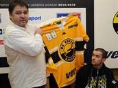 Litvínovský mana�er Robert Kysela (vlevo) vítá v klubu Jakuba Petru�álka.