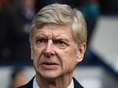 Kouč Arsenalu Arséne Wenger sleduje hru svých svěřenců v utkání s West Bromwichem.