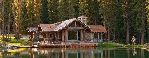 Na první pohled dřevěná stavba zaujme svou až kýčovitě magickou malebností.
