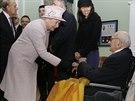 Britsk� kr�lovna Al�b�ta II. a Sir Nicolas Winton na n�v�t�v� Holyport College nedaleko Maidenheadu (28. listopadu 2014)