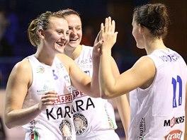 Trutnovské basketbalistky Andrea Vacková, Andrea Ovsíková a Michaela Vondráčková (zleva).