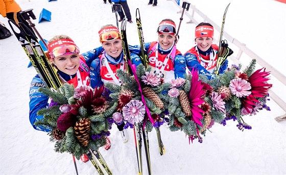DŮVOD K ÚSMĚVU. Štafeta českých biatlonistek dojela v Hochfilzenu v prosinci 2014 nečekaně třetí. Zleva Gabriela Soukalová, Eva Puskarčíková, Jitka Landová a Veronika Vítková.