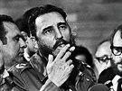 Fidel Castro hovoří s novináři během návštěvy amerického senátora Charlese McGoverna na Kubě (květen 1975)