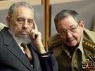 Fidel Castro a jeho bratr Raúl v roce 2004 v kubánském parlamentu. Raúl tehdy zastával funkci ministra obrany.