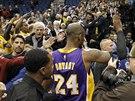 VELKÁ SLÁVA. Kobe Bryant překonal v historickém pořadí střelců NBA legendárního Michaela Jordana a diváci si radost vychutnávali společně s ním.