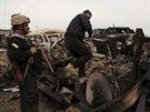 Kurd�t� bojovn�ci v jedn� z dobyt�ch vesnic, kter� z�skali b�hem sv� posledn� ofenz�vy u Sind��ru