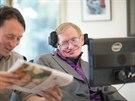 Asistent p�ed��t� Stephenu Hawkingovi noviny.