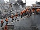 V�ech 400 rusk�ch n�mo�n�k� se nalodilo na mate�skou lo� Smolnyj, na kter� v l�t� do Francie p�icestovali, a ve �tvrtek po poledni vypluli z p��stavu.