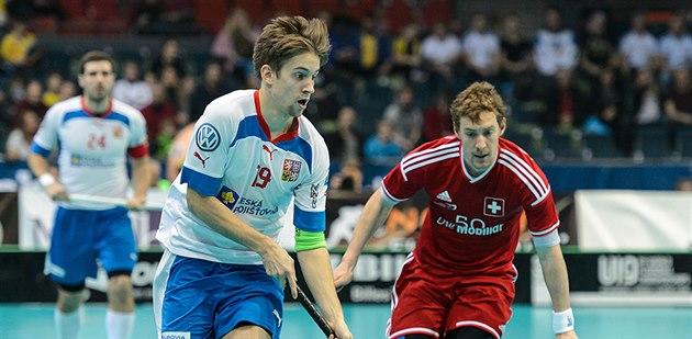 �eský úto�ník Patrik Dó�a (vlevo) uniká Patricku Mendelinovi ze �výcarska.