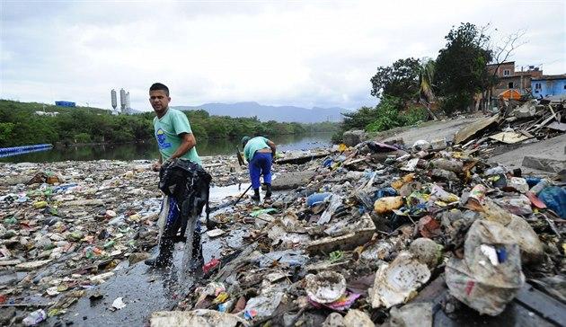 Hromady odpadk� a odolná �superbakterie� ohro�ují závody jachta��.