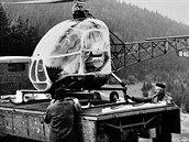 Prototyp vrtuln�ku Z-35 Heli Trener, pozd�ji vylep�en na v�konn�j�� Z-135, vznikl jako vlastn� konstrukce Moravanu pod veden�m ing. Jana Mikuly. Nad�jn� typ poh�bila RVHP, kter� nad�le p�isoudila roli v�voj��e a v�robce vrtuln�k� vedle SSSR pouze Polsku. Fotografie je ze speci�ln�ch zkou�ek Z-35, kdy jako vzletov� a p�ist�vac� plocha slou�il n�kladn� automobil Praga S5T.