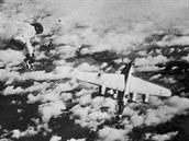 Americký bombardér B-24 Liberator se řítí k zemi po útoku německé stíhačky a ulomení ocasní části.