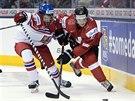 Český hokejista David Kaše bojuje o puk se Švýcarem Hischierem v utkání MS hráčů do 20 let.