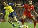 Raheem Sterling (uprostřed), fotbalista Liverpoolu, se snaží projít mezi dvěma hráči Arsenalu Santim Cazorlou (vpravo) a Mathieum Flaminim.