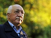 Fethullah Gülen žije ve Spojených státech. Jeho rodné Turecko na něj vydalo zatykač, pozavíralo i řadu Gülenových stoupenců.
