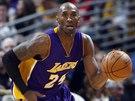 Kobe Bryant z LA Lakers uhání k denverskému koši.