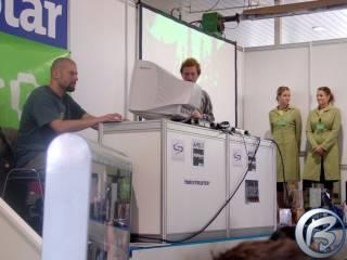Jíra Sládek (vlevo) a hostesky Juice (vpravo) na stánku GameStaru