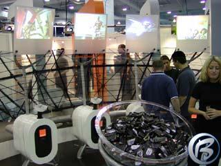 Stánel firmy Orange na ECTS 2002, všimněte si obrázků z her na každém panelu